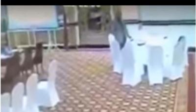 كاميرات مراقبة ترصد مسؤول باكستاني يسرق محفظة أحد أعضاء وفد كويتي (فيديو)