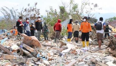 الآلاف ما يزالون تحت الأنقاض جراء زلزال و تسونامي إندونيسيا