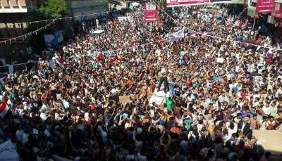 الآلاف في تعز يتظاهرون احتجاجا على انهيار العملة وتنديدا بعجز الحكومة
