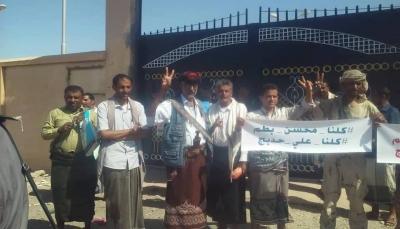 شبوة: نشطاء يتضامنون مع وكيل الأموال العامة بعد منعه من دخول مبنى النيابة