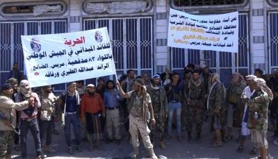 """الضالع: جنود ينددون باستمرار اعتقال الرائد """"الطيري"""" في عدن"""