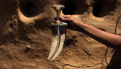 أسوشيتد برس: حدادون يمنيون يحولون شظايا الصواريخ الى جنابي للزينة (ترجمة خاصة)