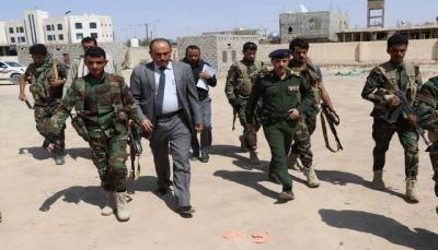 مأرب: رئيس النيابة يشدد على الالتزام بالإجراءات القانونية في أقسام الشرطة