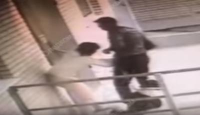 كلب ينقذ صاحبته من القتل (فيديو)