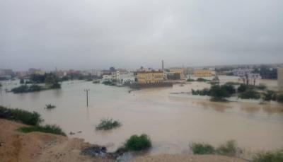 """انقطاع للاتصالات وغياب لفرق الإنقاذ.. إعصار """"لبان"""" يجتاح المهرة ويغمر المنازل (صور)"""