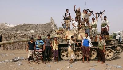 أسوشيتد برس: التحالف يحضر لشن هجوم جديد على مدينة الحديدة ويعزز بدبابات وعربات