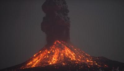 شاهد - في ظاهره ساحره أضواء البرق بانفجار بركان في إندونيسيا