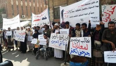 تعز: جرحى الحرب من الجيش يغلقون مبنى المحافظة احتجاجاً على إهمالهم