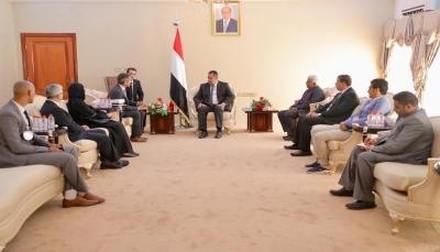 الحكومة تدعو الصليب الأحمر للضغط على الحوثيين الإفراج عن المختطفيين والمخفيين