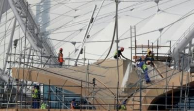 عمّال يبنون منشآت مونديال 2022 في قطر لكنهم لن يشاهدوا مبارياته فيها