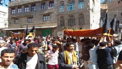 إب..تشييع فتاتين شقيقتين قتلتا برصاص مسلح وسط غضب واستياء شعبي (صور)