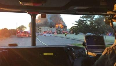 إمراه تلقي بطفلها من النافذة بعد اشتعال حريق (فيديو)