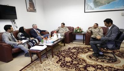 رئيس الأركان يبحث مع دبلوماسي بريطاني أوجه التعاون العسكري بين البلدين