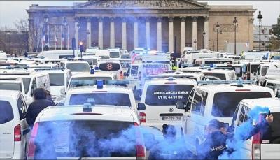 """بعد """"السترات الصفراء"""".. سائقو سيارات الإسعاف يتظاهرون في باريس"""
