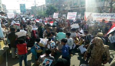 """المئات في تعز يتظاهرون للمطالبة بالقبض على جناة قائد لواء """"العصبة"""""""