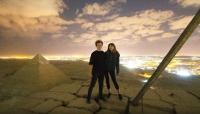 في قمة أهرامات مصر.. سائح دنماركي يصور لقطات إباحية مع صديقة (فيديو)