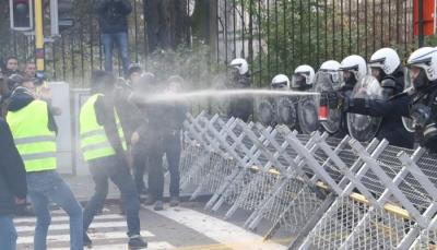 """أصحاب """"السترات الصفراء"""" يغلقون الطريق بين بلجيكا وفرنسا ويبدأون السير نحو مؤسسات الاتحاد الأوروبي"""