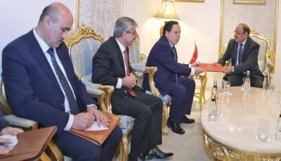 """الفريق الأحمر يتسلم دعوة خطية للرئيس هادي للمشاركة في القمة العربية بـ""""تونس"""""""