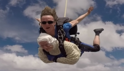 عجوزة بعمر 102عام تقفز بالمظلة من علو 4000 متر! (فيديو)