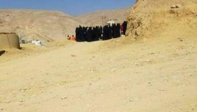 للمرة الثانية.. أمهات المعتقلين بالمكلا يغلقن بوابة معسكر النجدة احتجاجاً على عدم زيارة ذويهن