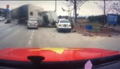 نجاة امرأة وطفلها بأعجوبة من شاحنة مسرعة سحقت 3 سيارات (فيديو)