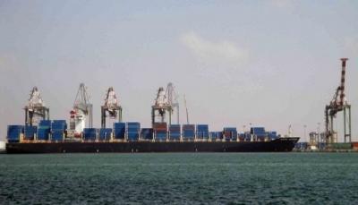 مسؤول حكومي: الحوثيون يخربون وينهبون ميناء الحديدة وينقلون معدات وبضائع إلى صنعاء
