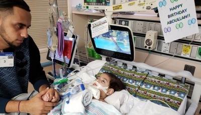 بعد عناء شديد.. أم يمنية تصل إلى كاليفورنيا لرؤيته طفلها المحتضر