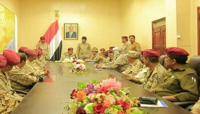 """هو الأول منذ تعيينه.. رئيس هيئة الأركان يعقد اجتماعاً موسعاً بقيادة وزارة الدفاع بـ""""مأرب"""""""