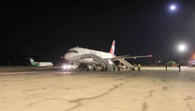 """يعد الثاني منذ تأسيسه في السبعينات.. هبوط ليلي ناجح لطائرة """"اليمنية"""" في مطار سيئون"""