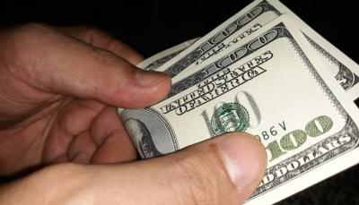 البنك المركزي يعتزم تخفيض سعر صرف الاعتمادات تحت 440 ريال