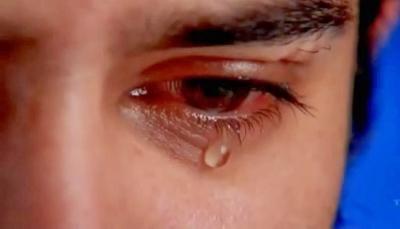 شاب يذرف دما من عينيه بدلاً من الدموع  والأطباء لا يعرفون السبب (صورة)