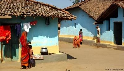 """طفلة ولدت بثلاث أياد تتحول إلى """"إله"""" يُعبد في الهند"""