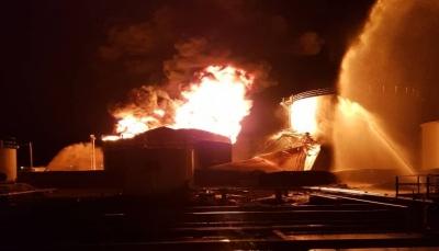 """مصافي عدن: تم احتواء الحريق والفرق تعمل على إخماده والسبب """"مجهول"""" حتى الآن"""