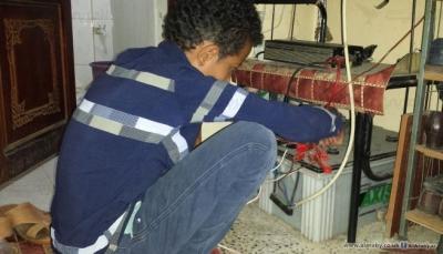 """انفجار بطاريات """"الطاقة الشمسية"""" خطر يهدد اليمنيين في منازلهم"""