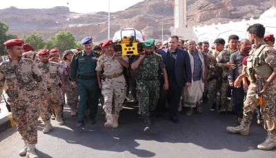 """تشييع جثمان """"الشهيد طماح"""" في عدن ورئيس الوزراء وقيادات الدولة في مقدمة الجنازة"""