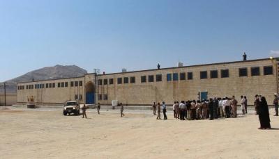 السجن المركزي بالمكلا يتسلم قرار الافراج عن خمسة معتقلين من قبل المحكمة