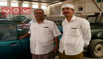 بعضها لملوك.. حضرمي جمع 60 سيارة كلاسيكية قديمة يحتفظ بها منذ عقدين في ظروف صعبة (تقرير خاص)