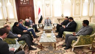 """الرئيس هادي يلتقي """"غريفيت"""" ويؤكد التزام الحكومة بإتفاق السويد ويحذر من فشله"""