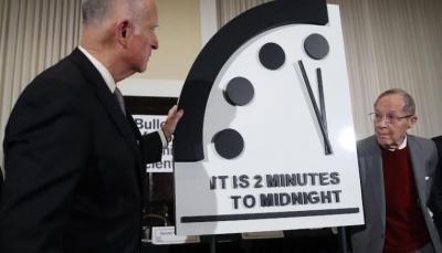 """بسبب الأسلحة النووية وتغير المناخ.. """"ساعة القيامة"""" على بعد دقيقتين من نهاية العالم"""