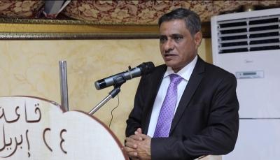 وسط موجة إحتجاجات ضده وخلافات مع الحكومة.. محافظ حضرموت يصل الرياض للقاء الرئيس