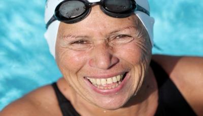 عجوزة مصرية بعمر 76 عام تنافس على البطولات الدولية للسباحة (صور)