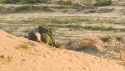 شاهد بالفيديو.. رصاصة قناص تباغت ضابطا إسرائيليا في رأسه