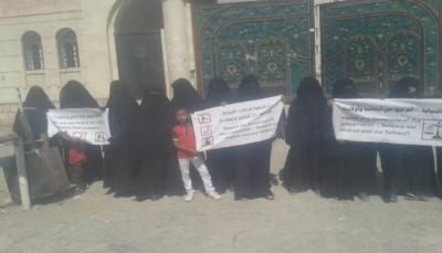 حضرموت: وقفة احتجاجية لأمهات المعتقلين بالمكلا يطالبن بتنفيذ قرارات النيابة