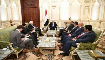 """الرئيس هادي يلتقي """"غريفيث"""" ويطالب بجدول زمني لتنفيذ اتفاق السويد"""