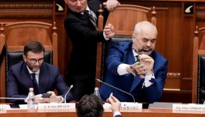 نائب معارض يرش الحبر على رئيس وزراء ألبانيا في البرلمان (فيديو +صور)