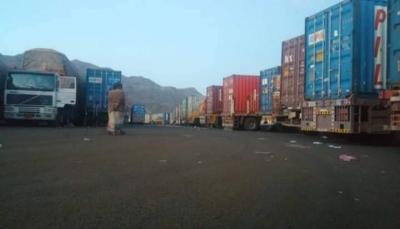 الحكومة اليمنية: الحوثيون يحتجزون 28 شاحنة إغاثية وسط اليمن