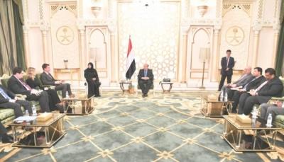 الرئيس هادي: ستظل أيدينا ممدودة للسلام ووزير خارجية بريطانيا يشيد بمرونة الحكومة