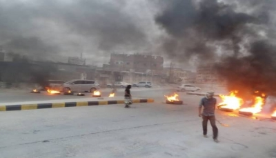 """محتجون يقطعون شوارع """"سيئون"""" الرئيسية تنديداً بالاختلالات الأمنية"""