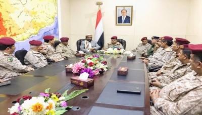 لأول مرة منذ تعيينه قبل 4أشهر.. وزير الدفاع يعقد اجتماعا لقيادات الجيش بمأرب