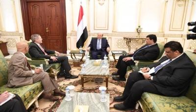 صحيفة: الرئيس هادي أبلغ السفير الأمريكي بعدم تقديم أي تنازلات جديدة